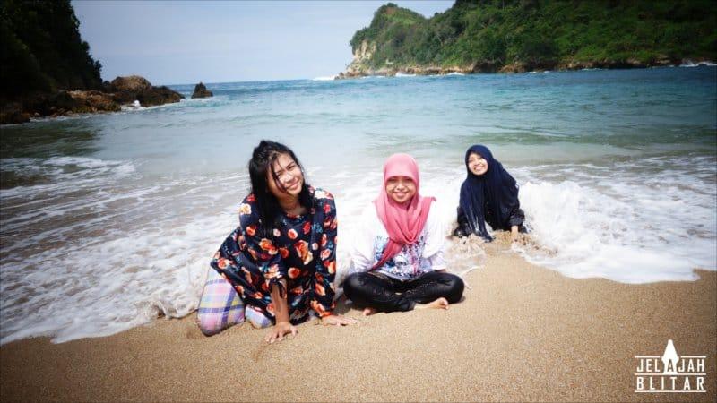 Bermain Air di Pantai Pangi
