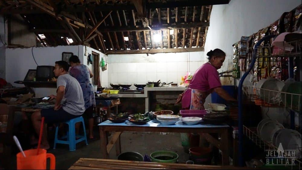 Dapur sekaligus Warung Mak Rumi