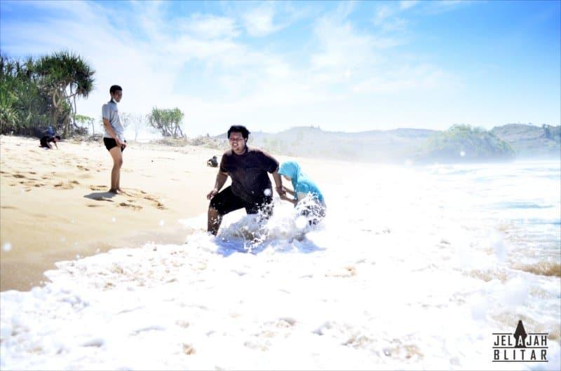 Pengunjung Pantai Pasetran Gondo Mayit