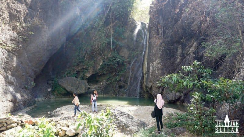 Pengunjung di Air Terjun Grenjeng