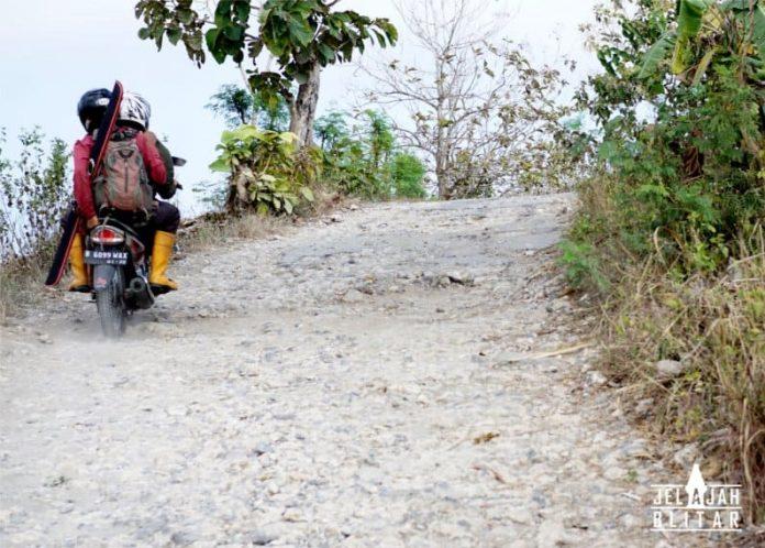 jalan ke pantai pangi