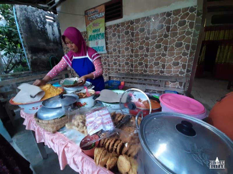 Warung totokan nasi ampok dan tiwul di Jatinom, Kanigoro